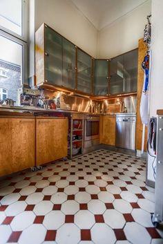 """Die Fliesen in der Küche sind wie das Parkett schon über hundert Jahre alt. """"Mich stört es auch nicht, dass einige kaputt sind. Das verleiht dem Raum Charakter"""", sagt Peter. #homestory #homestoryde #home #interior #design #inspiring #creative #porno al forno #peter #musiker #fotograf #altbau #gitarren"""