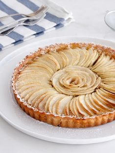 This almond apple tart is made of a buttery crust filled with cinnamon almond cream and topped with fan-shaped apple slices that give it a beautiful look Tart Recipes, Almond Recipes, Apple Recipes, Sweet Recipes, Fruit Recipes, Apple Desserts, Great Desserts, Cinnamon Almonds, Almond Cream