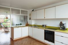 Part-glass wall in kitchen could create sense of light inside stairwell? Kitchen Interior, New Kitchen, Kitchen Dining, Kitchen Ideas, Plywood Kitchen, Kitchen Wood, 1960s House, Glass Room Divider, Long House