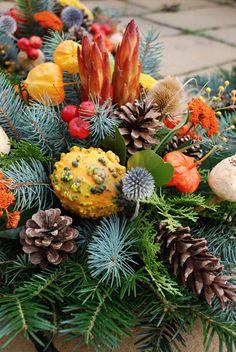 Aj Vy máte dilemu čo dať alebo kúpiť svojim blízkym zosnulým na ich sviatok? Trh ponúka rozličné varianty ako živé chryzantémy v kvetináčoch, rôzne prevedenia vencov či venčekov, vypichované aranžm... Fruit, Handmade, Crafts, Hand Made, Manualidades, Craft, Handmade Crafts, Crafting, Handarbeit