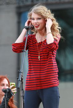 Taylor Swift Photos - Taylor Swift Sings from the Top Deck of Her Tour Bus in Hollywood - Zimbio