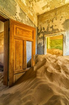 Namibie: Une ville fantôme dans le désert. Kolmanskop, Namibia. The furniture and decorations are in perpetual motion, as a reminder of time passing..