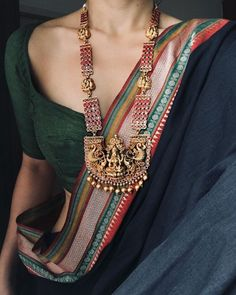 Talk about a South Indian bridal look, and apart from intricate blouse designs and magnificent Kanjeevaram sarees, it's the temple jewellery designs that catches everyone's attention! Saree Jewellery, Temple Jewellery, Bollywood Jewelry, Bollywood Saree, Bridal Jewellery, Wedding Jewelry, Trendy Sarees, Stylish Sarees, Saree Look