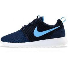 best service 26f79 c554d Nu in een nieuwe kleurcombi de Nike Rosherun Blauw staan en passen goed bij  sportieve mannen