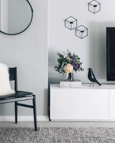 Ein helles Grau als Wandfarbe im Wohnzimmer. www.kolorat.de #KOLORAT #Wandfarbe #Grau
