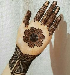 Take inspiration from these beautiful new eid al-adha mehndi designs that you can adorn your hands with. Circle Mehndi Designs, Round Mehndi Design, Henna Tattoo Designs Simple, Mehndi Designs Book, Mehndi Designs For Girls, Mehndi Designs For Beginners, Mehndi Design Photos, Wedding Mehndi Designs, Mehndi Designs For Fingers