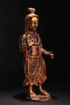 十六國鎏金佛立像  高約23釐米。 十六國造像,尚存較強的犍陀羅造像的藝術風格。