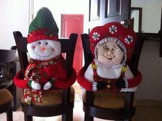 COMO HACER CUBRE SILLAS NAVIDEÑOS CON PATRONES Christmas Chair, Christmas Stockings, Christmas Crafts, Merry Christmas, Christmas Decorations, Xmas, Christmas Ornaments, Holiday Decor, Christmas Ideas