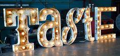 Vintage bokstaver med lys