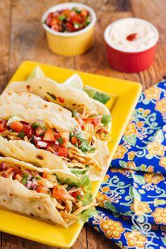 Que tal aprender a receita de tortilha, molho apimentando de frango, salsa de tomate e sour cream de siracha em um único lugar? vem conferir!