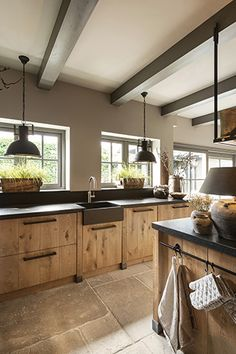 Stoere eikenhouten gezinskeuken Tough oak family kitchen, # oak kitchen Check more at Barn Kitchen, Family Kitchen, Home Decor Kitchen, Rustic Kitchen, Kitchen Interior, New Kitchen, Kitchen Dining, Kitchen Modern, Modern Kitchen Cabinets