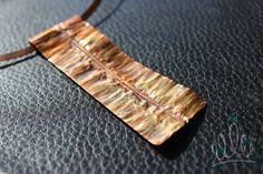 PINGENTE CORES PELO CAMINHO | COLGANTE CORES PELO CAMINHO #181 pingente em cobre maciço todo trabalhado criando um caminho uma estrada uma direção cheia de cores e encantos. Pode ser usado com chocker de cobre ou cordão de couro. colgante en cobre con trabajo que reflete un camino con sus colores y bellezas. puede ser usado con cuero ó con tiara en cobre. #asjoiasdarainha #cobre #fashionjewellery #joiadeautor #joyadeautor #handmade #hechoamano #fattoamano #texturas #joiascomcarater…