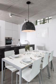 white dining table and black kitchen Kitchen Dining, Dining Room, Concrete Sculpture, White Dining Table, Black Kitchens, Modern Kitchens, Home Fashion, Kitchen Interior, Decoration