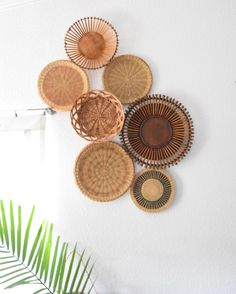 Basket wall decor - www kikajunqueira com br Home Interior, Interior Design Living Room, Kitchen Interior, Bedroom Decor, Wall Decor, Decor Room, Baskets On Wall, Wall Basket, Wicker Baskets