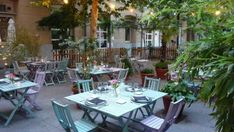 Terraza de Le Café en el Instituto Francés. Bar A Vin, Restaurants, Gypsy Living, Coffee Places, Outdoor Tables, Outdoor Decor, Secret Places, Spain Travel, Travel Style