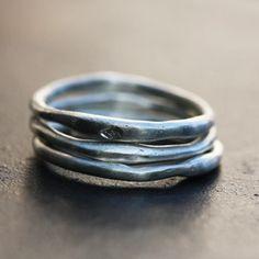 Bagues O hasard en argent de Laurence Oppermann pour l'atelier des bijoux créateurs, 3 alliances en argent forgées de manière aléatoire.