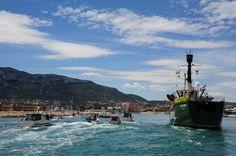 El barco acompañado de pequeñas embarcaciones de pesca tradicional. ©Ayto. Dénia