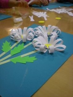 Hello, Everyone! It's spring time! We at Little Minds were busy making all kinds of flowers. Today's plan was to make daisies. This paper craft is really simple Preschool Crafts, Easter Crafts, Craft Projects, Crafts For Kids, Arts And Crafts, Spring Activities, Art Activities, Spring Art, Spring Time