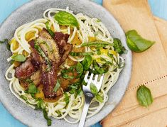 Spaghetti med butternutsquash-sauce og bacon   SPIS BEDRE Bacon, Spaghetti, Chicken, Meat, Ethnic Recipes, Noodle, Cubs, Kai