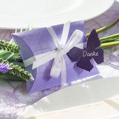 Gastgeschenk für die Hochzeit: Kissenkartonage mit Schmetterlingsanhänger https://www.meine-hochzeitsdeko.de/gastgeschenk-hochzeit-kartonage-kissen-lila