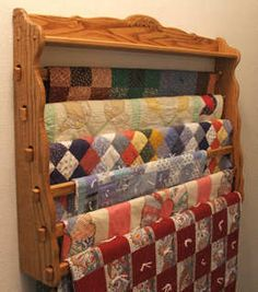 ^= ❤ Six Quilt Quilt Rack @ Robinsons Woodcrafts. Beautiful way to display quilts! Quilting Room, Quilting Tips, Quilting Projects, Quilt Hangers, Quilt Racks, Woodworking Projects, Wood Projects, Woodworking Apron, Woodworking Books