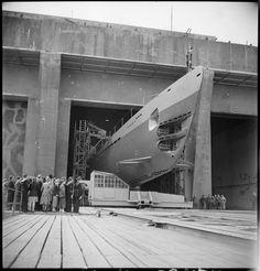 Lancement d'un sous-marin (le futur Blaison) sur le dispositif spécial de l'ancienne base allemande de Lorient. – ECPAD