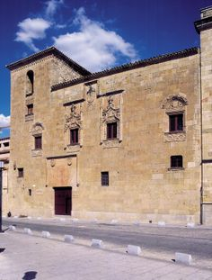 Casa de los Álvarez Abarca o de los Doctores de la Reina. Principios del siglo XVI. Sede del Museo de Salamanca.