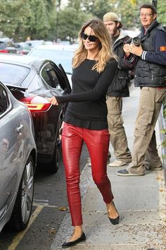 Elle MacPherson Photos - Elle Macpherson and Claudia Schiffer are both in red on the school run. - Elle MacPherson and Claudia Schiffer Out and About Red Leather Pants, Red Pants, Red Trousers, Elle Macpherson, Mode Outfits, Casual Outfits, Outfits Leggins, Star Fashion, Womens Fashion