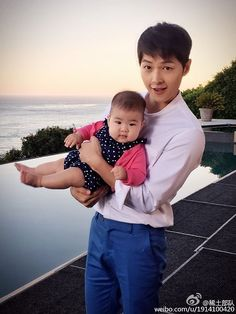 Chinese actress Zhang Ziyi releases photo of Song Joong-ki with her baby girl Korean Celebrities, Korean Actors, Korean Dramas, Song Joong Ki Cute, Songs For Boyfriend, Soon Joong Ki, Descendents Of The Sun, Sun Song, Zhang Ziyi