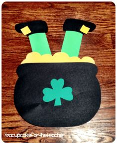 35 Easy Leprechaun Crafts for St. Patrick's Day Which Kids Will Love To Make - Hike n Dip Looking for easy St. Patrick's Day crafts for kids? Here are Easy Leprechaun Crafts for St. Patrick's Day ideas for kids & pre-schoolers which are exciting! March Crafts, St Patrick's Day Crafts, Daycare Crafts, Classroom Crafts, Spring Crafts, Toddler Crafts, Arts And Crafts, Holiday Crafts, Classroom Door