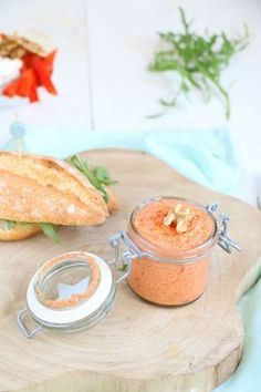 For a brunch or buffet table: Capsicum spread with goat cheese. Tapenade, Mezze, Pesto, Healthy Snacks, Healthy Recipes, Dutch Recipes, Snacks Für Party, Homemade Sauce, High Tea