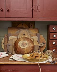 "§§§ . A 1777 Christmas ... Leslie keeps her collections on display year-round and uses her prized cutting boards regularly. ""I look for unusual shapes, like the 'tombstone' behind the bowl, and a rich patina."""