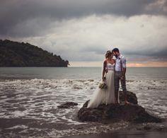 mariage sur la plage robe de mariée dos nu avec bouquet de fleurs