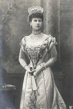 Diamond Loop Tiara worn by Princess Mary of Wales, later Queen Mary, to Queen Alexandra & King Edward VII Coronation in It has since been broken up to create other pieces. Princess Victoria, Princess Mary, Prince And Princess, Princess Of Wales, Queen Mary Of England, Court Dresses, Princess Alexandra, Royal Fashion, 1930s Fashion