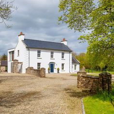 Ballymorris House, home of author Eoin Colfer, is on the market. It's here he wrote famous Artemis Fowl novels and The Hitchhiker's Guide to the Galaxy Bungalow Exterior, Cottage Exterior, Modern Farmhouse Exterior, Farmhouse Design, Farmhouse Contemporary, Exterior Houses, Georgian Style Homes, Georgian Mansion, House Designs Ireland