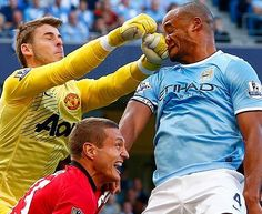 David De Gea of Manchester United punching Vincent Kompany of Manchester City Manchester City, Manchester United, Epic Fail Pictures, Sports Pictures, Funny Pictures, Amazing Pictures, Ronaldo, Derby, Vincent Kompany