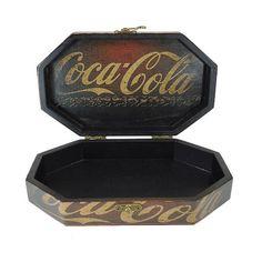 Caixa Oitavada 24x18x6,5 - Coca-Cola       Dimensões (CxLxA): 24cm x 18cm x 6,5cm - Espessura 0,9cm     Material: MDF + fechos, junções, dobradiças em metal     Acabamento externo: Decoupagem     Acabamento Interno: Pintura     Utilidade: Porta trecos  Sugestão: Porta trecos, caixa para bombons e estojo para um presente especial.