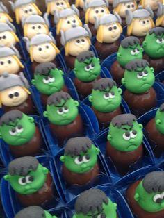 Esse tema está sendo um dos temais mais procurados aqui no Ateliê.  Para essa festa fiz os cake pops, pirulitos, trufas decoradas e as trufa...