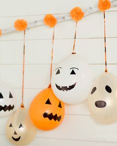 Jack-o'-Lantern balloons hanging from a wooden stick with paper pom poms Halloween Balloons, Easy Halloween Decorations, Cheap Halloween, Halloween Party Games, Halloween Crafts For Kids, Halloween Birthday, Halloween Activities, Pom Poms, Pre Party