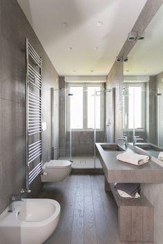 Pavimento in legno e rivestimento in gres porcellanato di grandi dimensioni. Doccia disposta in fondo alla stanza. Diy Bathroom Decor, Bathroom Interior, Small Bathroom, Bathroom Ideas, Bathroom Organization, Bathroom Mirrors, Bathroom Storage, Colorful Bathroom, Bathroom Trends