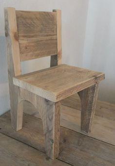 Mooi stoeltje van steigerhout op maat gemaakt voor kinderen.
