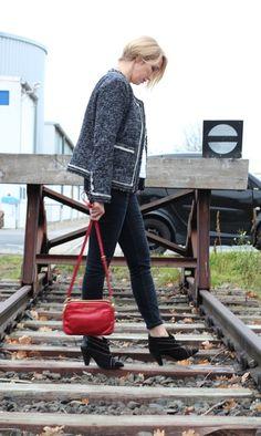 Boucle-Jacke, Anine Bing Stiefeletten, rote Tasche, roter Lippenstift, Chanel-Stil, Perlenkette, Etuikleid,
