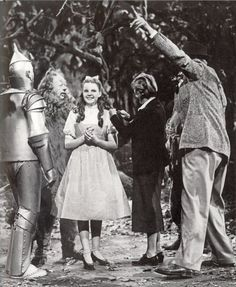 Victor Fleming directing The Wizard of Oz with Judy Garland, Jack Haley, Bert Lahr and a production assistant. The length of Dorothy's hair is not consistent throughout the film as minor refinements were made to her costume and makeup. Wizard Of Oz Movie, Wizard Of Oz 1939, Broadway, Old Movies, Great Movies, Famous Movies, Classic Hollywood, Old Hollywood, Hooray For Hollywood