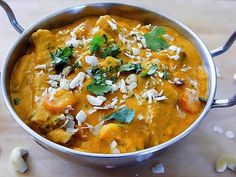 Korma is a delicious mild curry and is one of the most popular Indian curry. With its roots in Mughlai cuisine (the cooking style used between Delhi and Punjab) today's Korma is a real hit in Indian. Veggie Recipes, Indian Food Recipes, Whole Food Recipes, Vegetarian Recipes, Cooking Recipes, Healthy Recipes, Vegetarian Curry, Vegan Curry, Dinner Recipes
