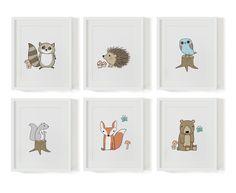Set aus 6 süßen Designer Kinderzimmerbildern mit den Motiven von 6 kleinen süßen Waldtieren. Bild 1: Waschbär, Bild 2: Igel, Bild 3: Eule, Bild 4: Eichhörnchen, Bild 5: Fuchs, Bild 6: Bär Die...