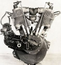 """F-head modèle 7D -1911 Le 1er moteur était monté sur la """"SILENT GREY"""", un monocylindre à soupape d'admission automatique et dépourvue de boîte de vitesses. En 1908 un deuxième cylindre est greffé à 45° sur le mono; C'est le 1er V-Twin de la lignée, d'une puissance originelle de 7cv il fournira dans son ultime version de 1929, 50cv à 5000trs/mn."""