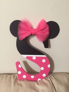 DIY Letter Ideas & Tutorials DIY Minnie Mouse Carta Inspirado Should you appreciate arts and crafts an individual will enjoy this cool website! Minnie Baby, Minnie Mouse 1st Birthday, Minnie Mouse Baby Shower, Mickey Party, Baby Mouse, Mickey Minnie Mouse, Baby Birthday, 2nd Birthday Parties, Mini Mouse