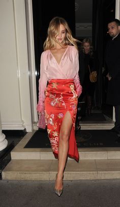 Rosie Huntington Whiteley rocks soft pink blouse and silk printed skirt. Rosie Huntington Whiteley rocks soft pink blouse and silk printed skirt. Rosie Huntington Whiteley, Rosie Whiteley, Fashion Mode, Fashion Outfits, Womens Fashion, Classy Fashion, Fashion 2018, Trendy Fashion, Fashion Ideas