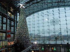 Kerst in Berlijn - Het Hauptbahnhof wordt gesierd door een reusachtige kerstboom.