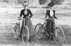 Annie Cohen recorrió el mundo en una bicicleta en 1894, por 10 mil dólares; el uso de la bicicleta revolucionó el mundo de la moda femenina, pues la indumentaria victoriana era muy incómoda para pedalear.